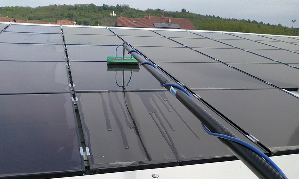 Portable system to clean photovoltaic panels